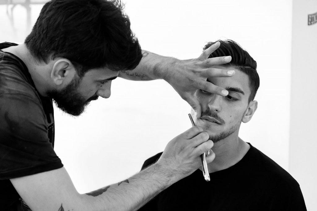 barbiere regola la barba allo sposo per il matrimonio di lorenzo pellegrini