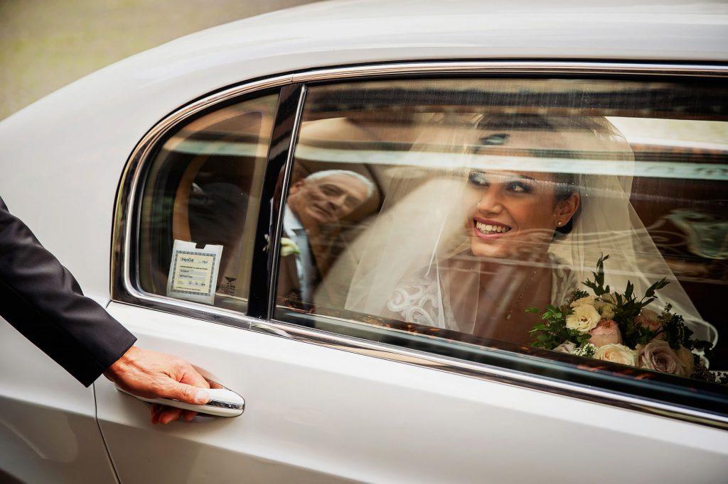 la sposa arriva davanti alla chiesa e il papˆ le apre la portiera dellÕauto
