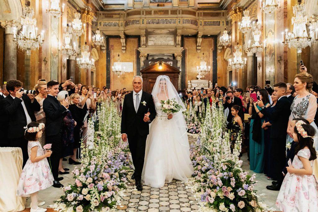 ingresso della sposa nella chiesa dei lampadari per il matrimonio di lorenzo pellegrini