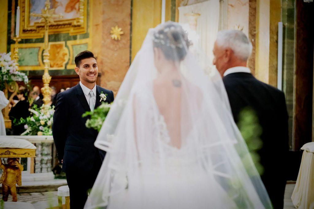 lo sposo lorenzo pellegrini guarda la sposa arrivare allÕaltare