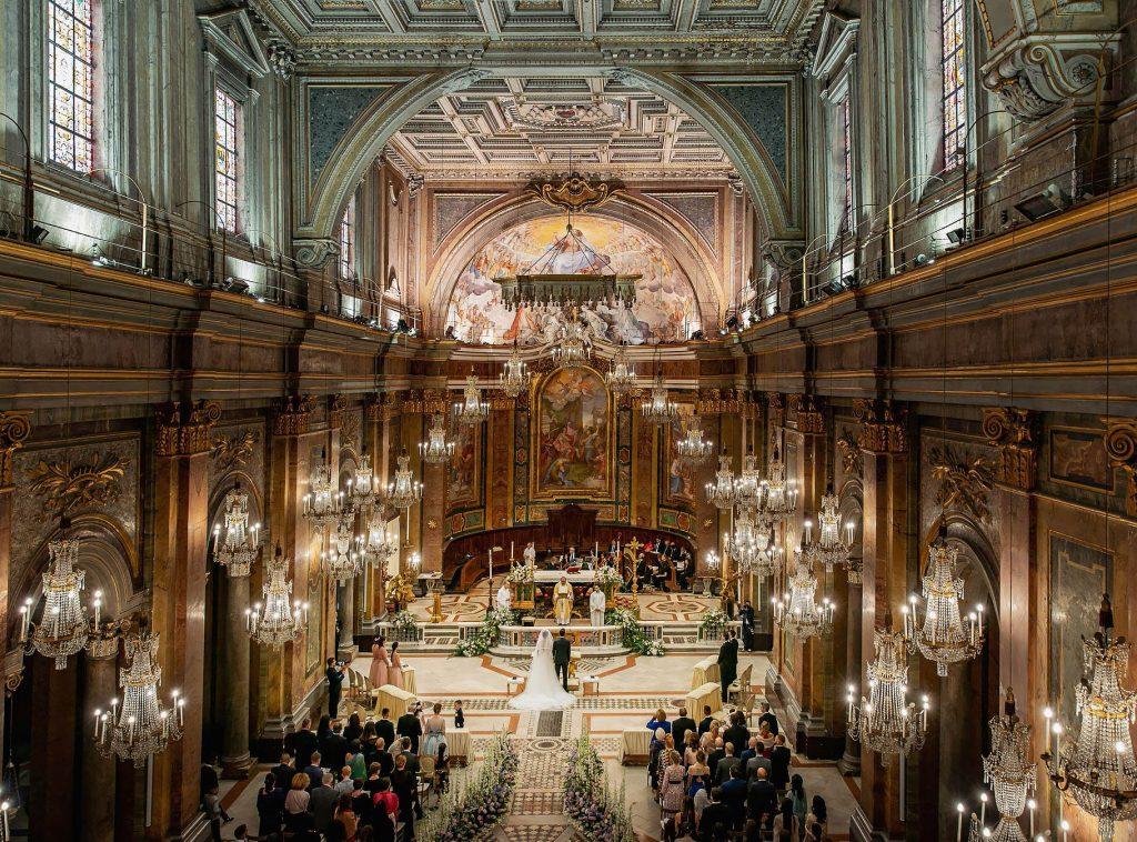 veduta totale della chiesa dei lampadari al matrimonio di lorenzo pellegrini