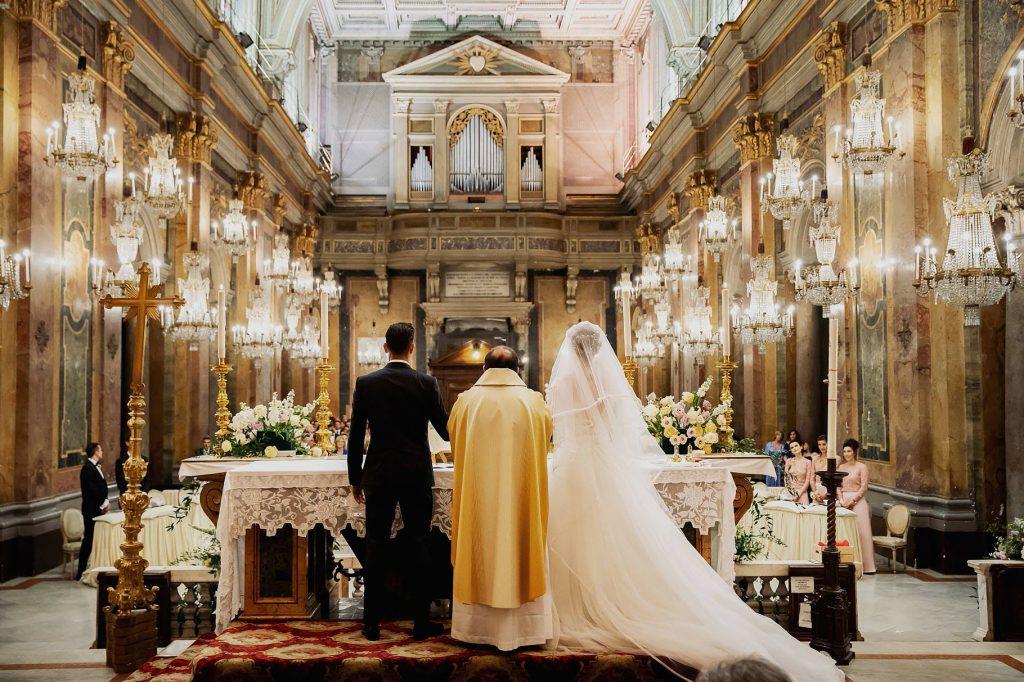 la comunione degli sposi nella chiesa dei lampadari al matrimonio di lorenzo pellegrini