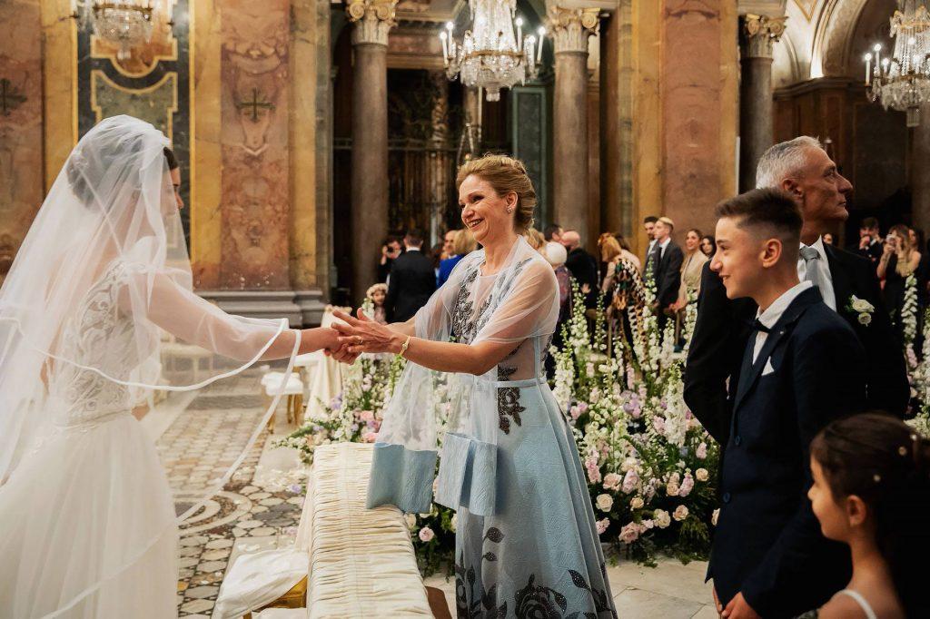 la sposa si scambia il segno della pace con la mamma