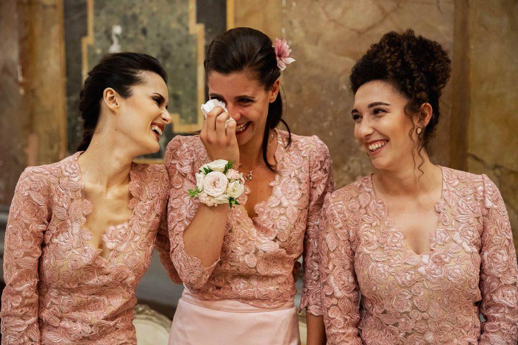 le testimoni della sposa che ridono e piangono di commozione
