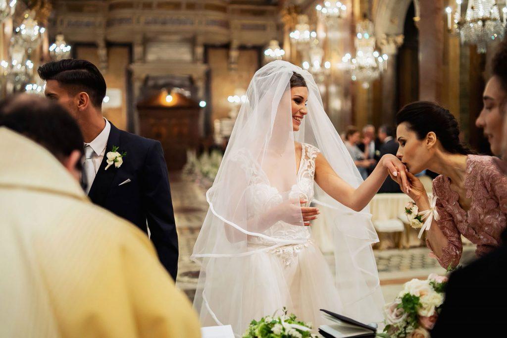 la testimone bacia lÕanello della sposa al matrimonio di lorenzo pellegrini