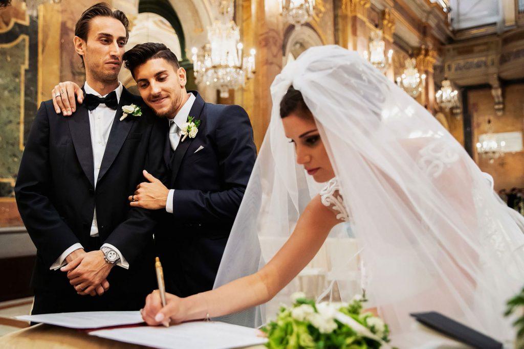 la sposa  firma il registro di nozze