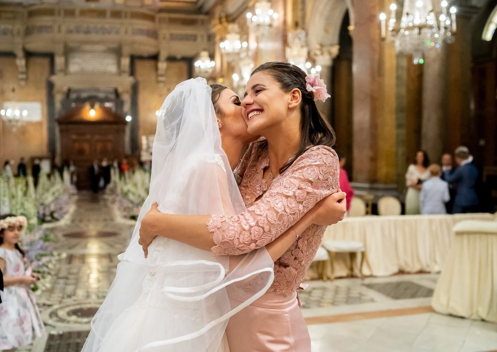 la sposa abbraccia la testimone