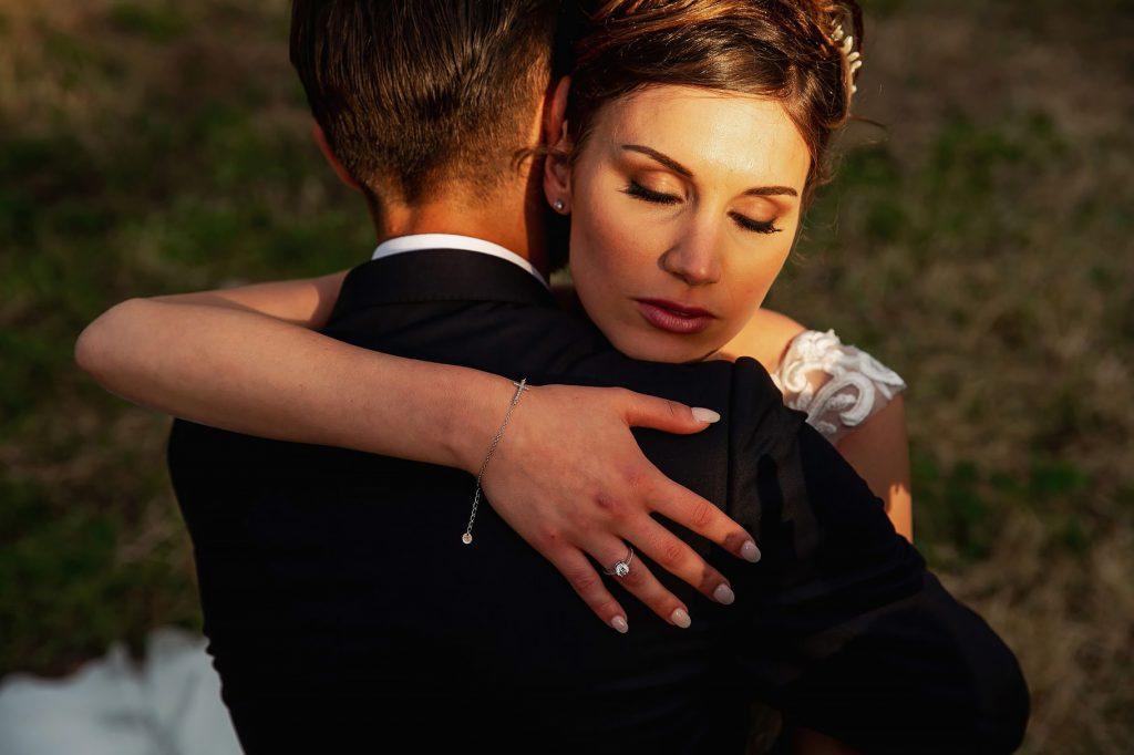 abbraccio degli sposi durante la passeggiata dopo la cerimonia