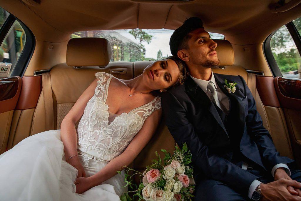 lo sposo e la sposa in auto stanchi dopo il matrimonio di lorenzo pellegrini