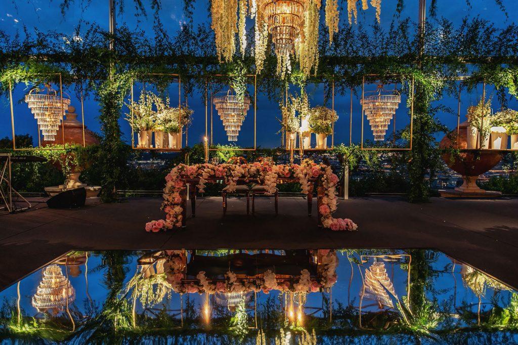 maestosi allestimenti floreali al tavolo degli sposi a villa miani