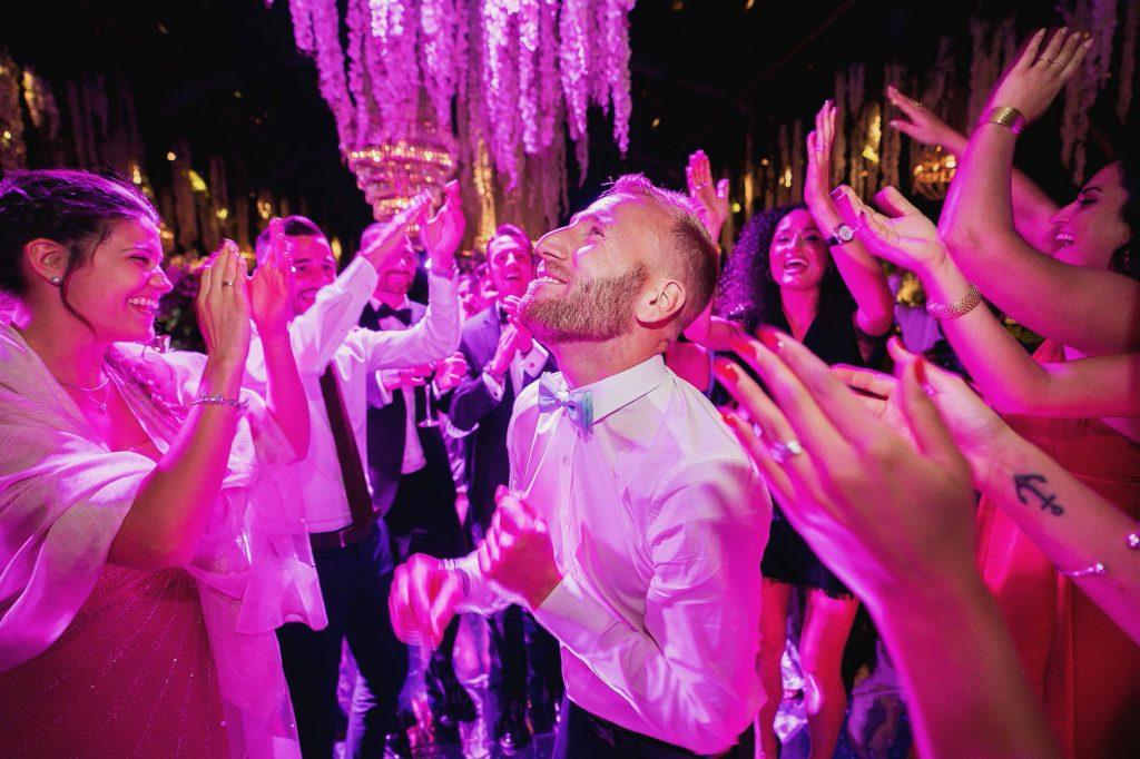 invitati al matrimonio di lorenzo pellegrini che ballano