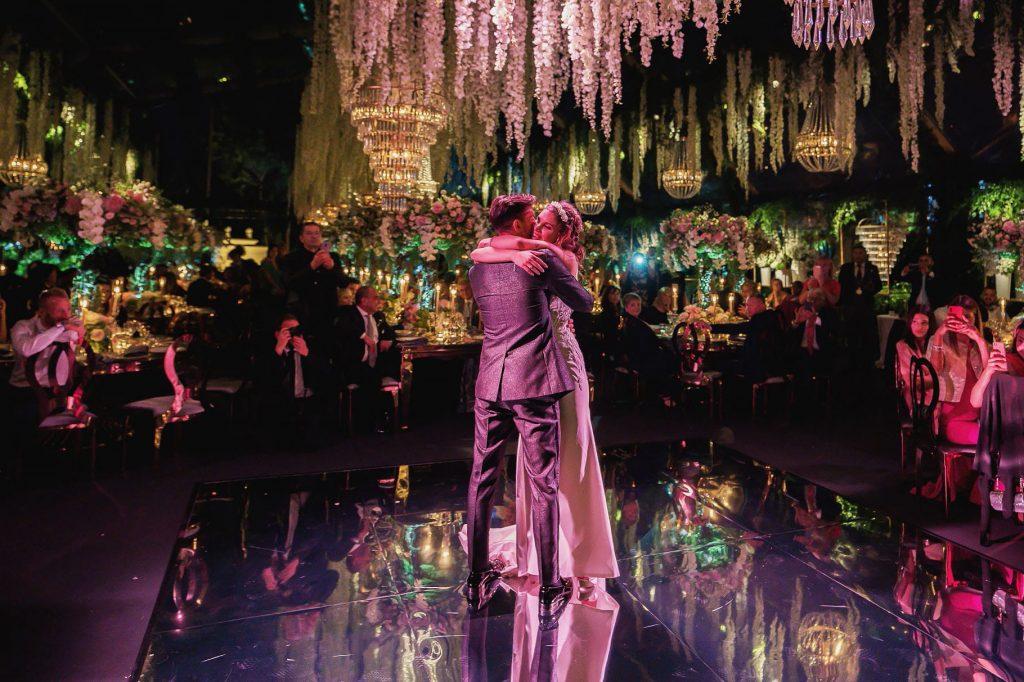 primo ballo degli sposi nella sala del ricevimento durante le nozze di pellegrini
