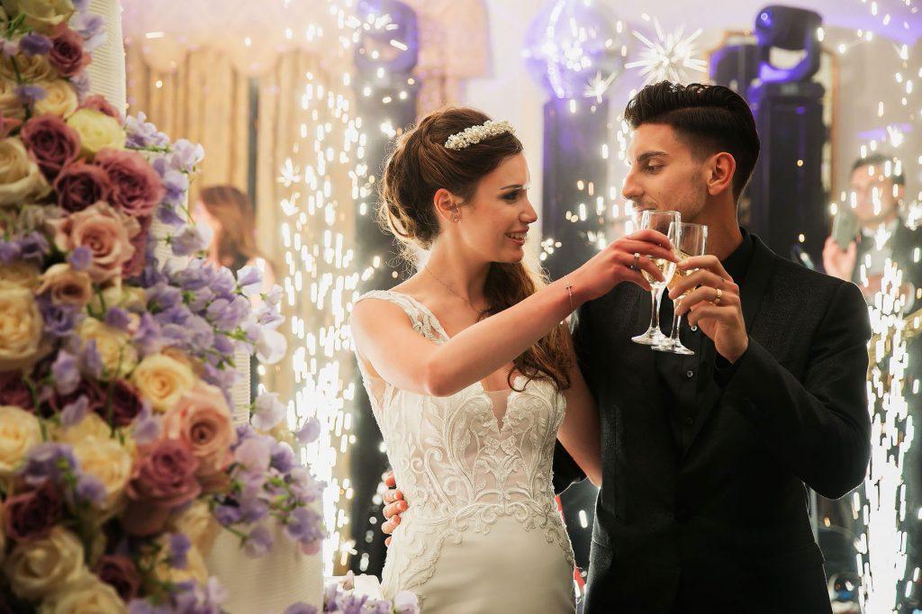 gli sposi brindano al taglio della torta di nozze