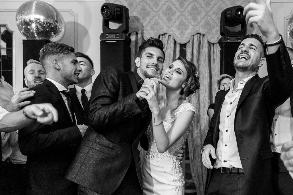 lo sposo e la sposa che cantano alla festa di matrimonio