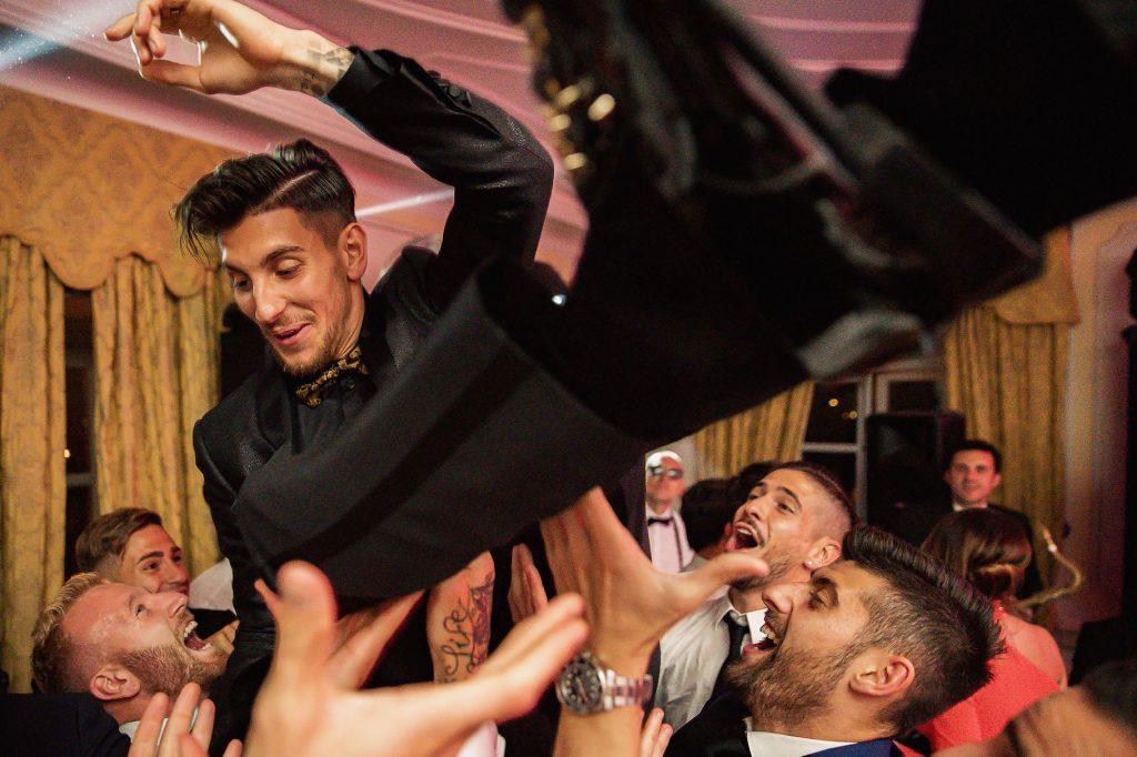 lo sposo lanciato in aria durante la festa di matrimonio di lorenzo pellegrini