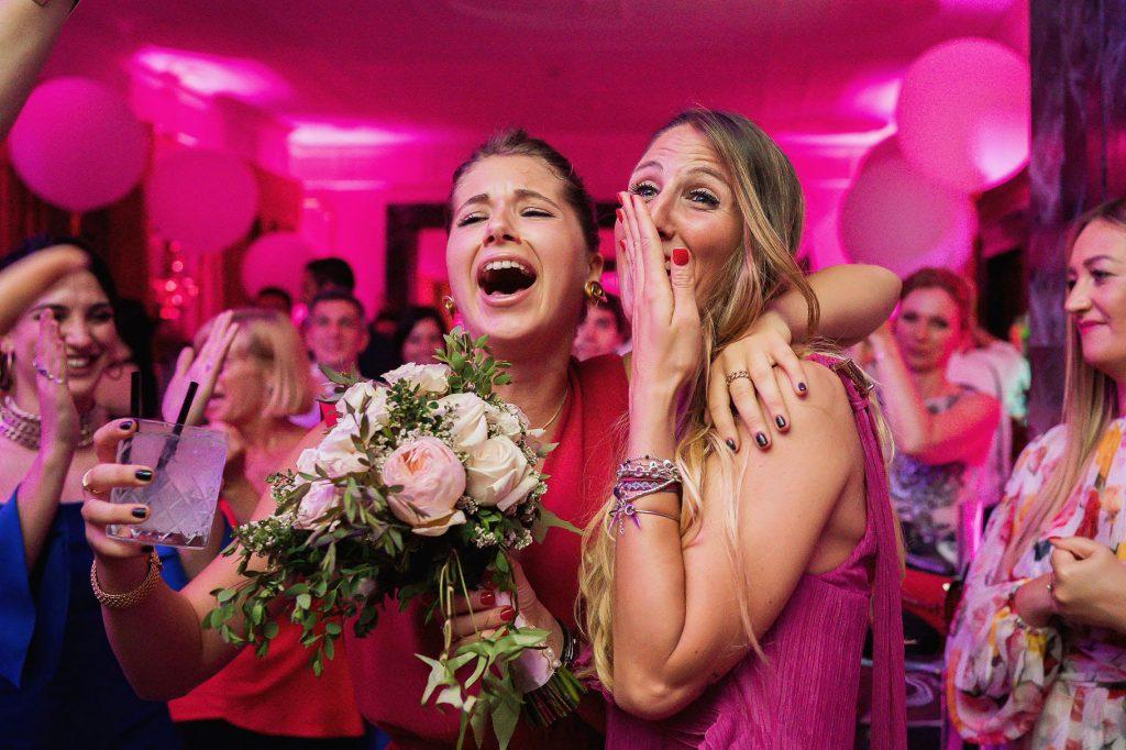 ospite al matrimonio che prende il bouquet
