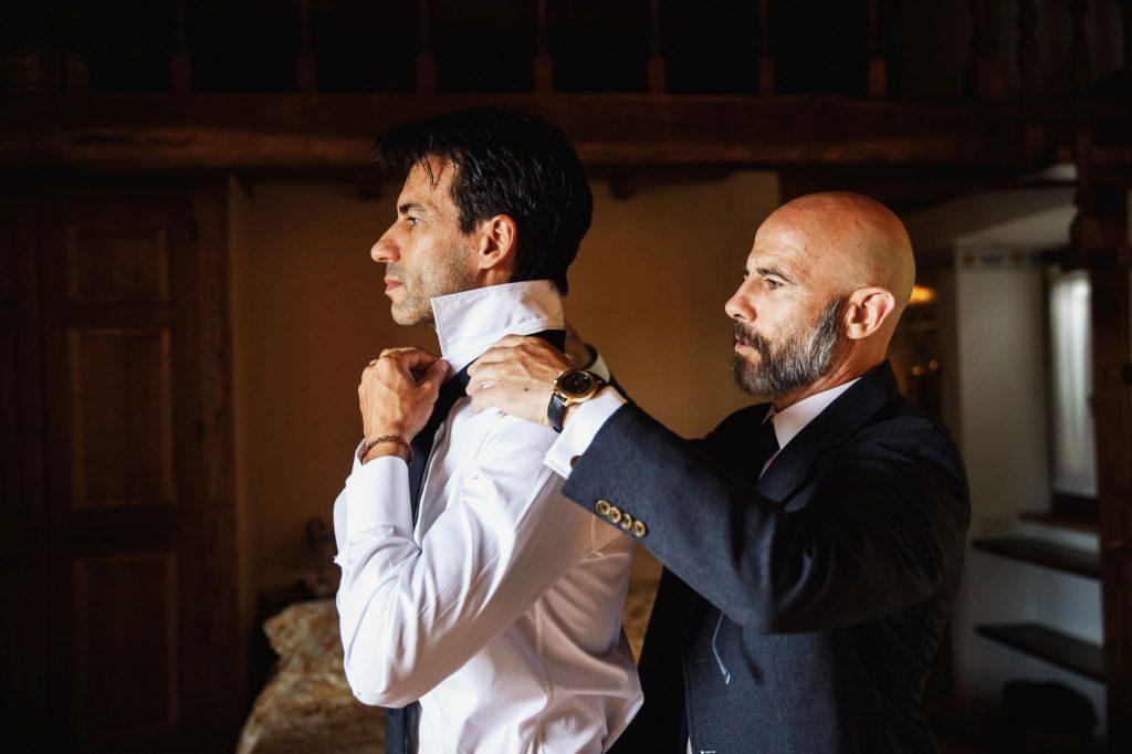 lo sposo si veste per il matrimonio di kledi