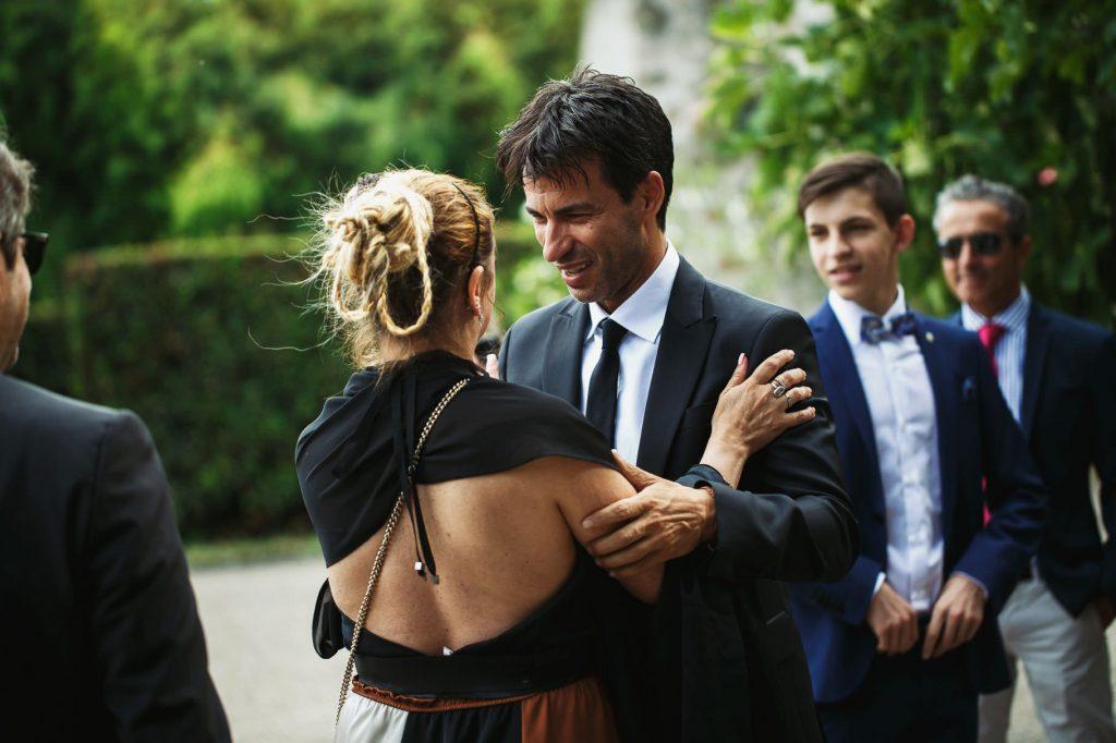 lo sposo saluta gli invitati prima del matrimonio di kledi