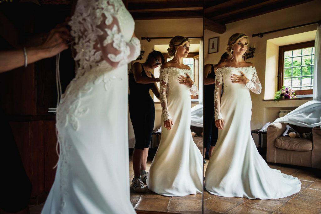 la sposa indossa il vestito allo specchio