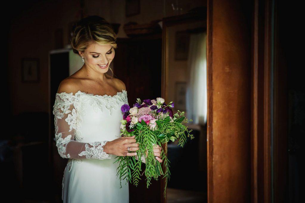 la sposa ammira il suo bouquet pronta per il matrimonio di kledi