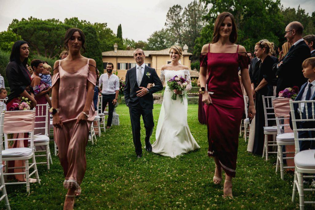 la sposa arriva con il papˆ alla cerimonia del matrimonio di kledi