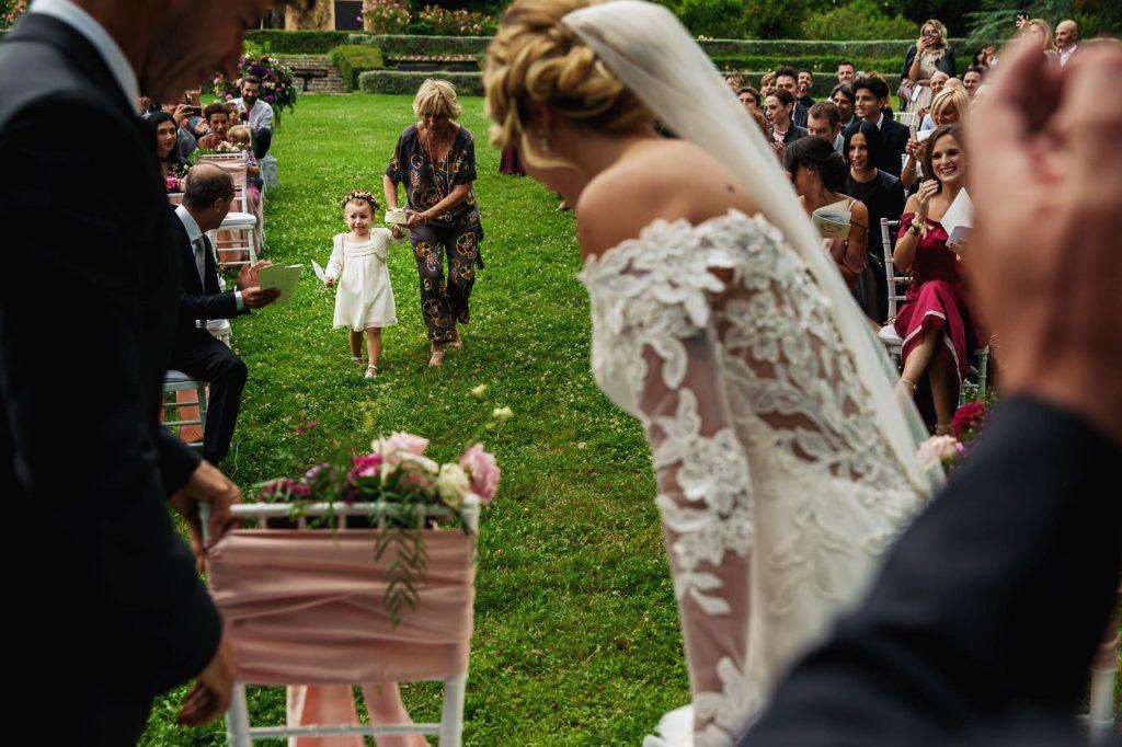 la damigella porta le fedi agli sposi