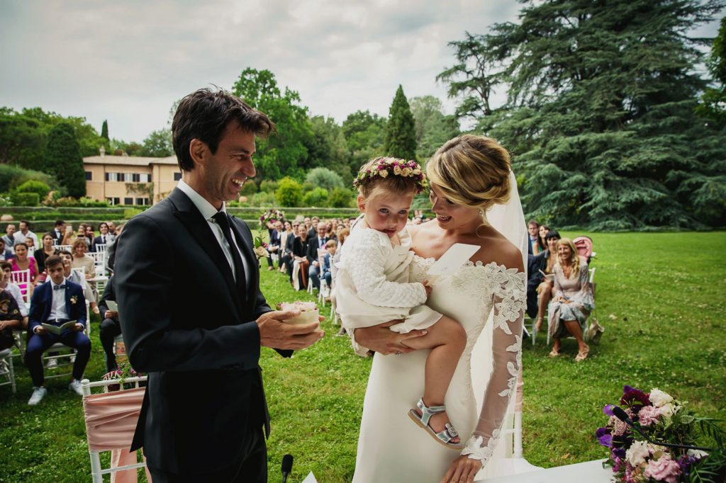 gli sposi al matrimonio di kledi con la figlia in braccio