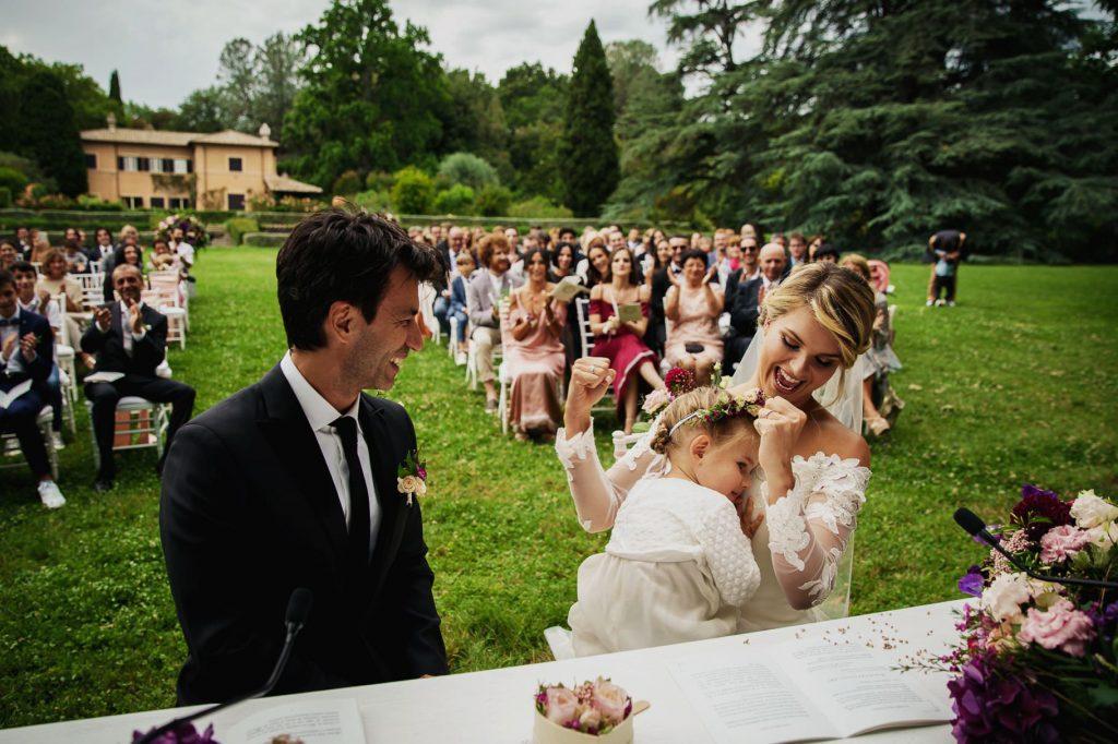 la sposa al matrimonio di kledi con la figlia in braccio