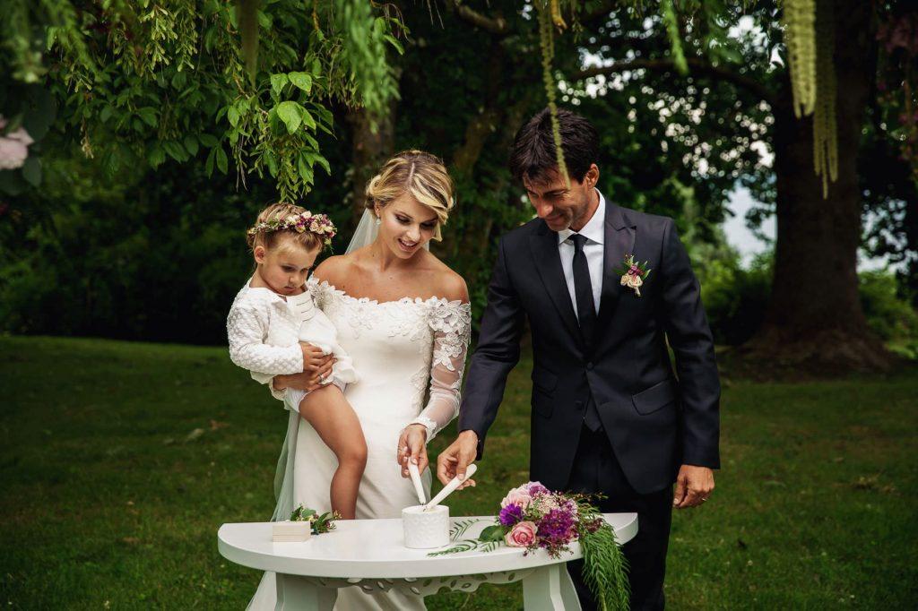 gli sposi al matrimonio di kledi con la figlia in braccio accendono le candele
