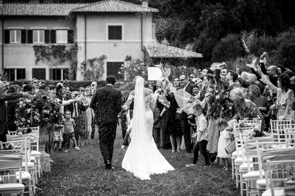 il lancio del riso allÕuscita del matrimonio di kledi