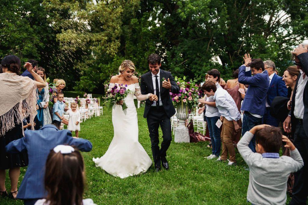 gli sposi e il lancio del riso allÕuscita del matrimonio di kledi