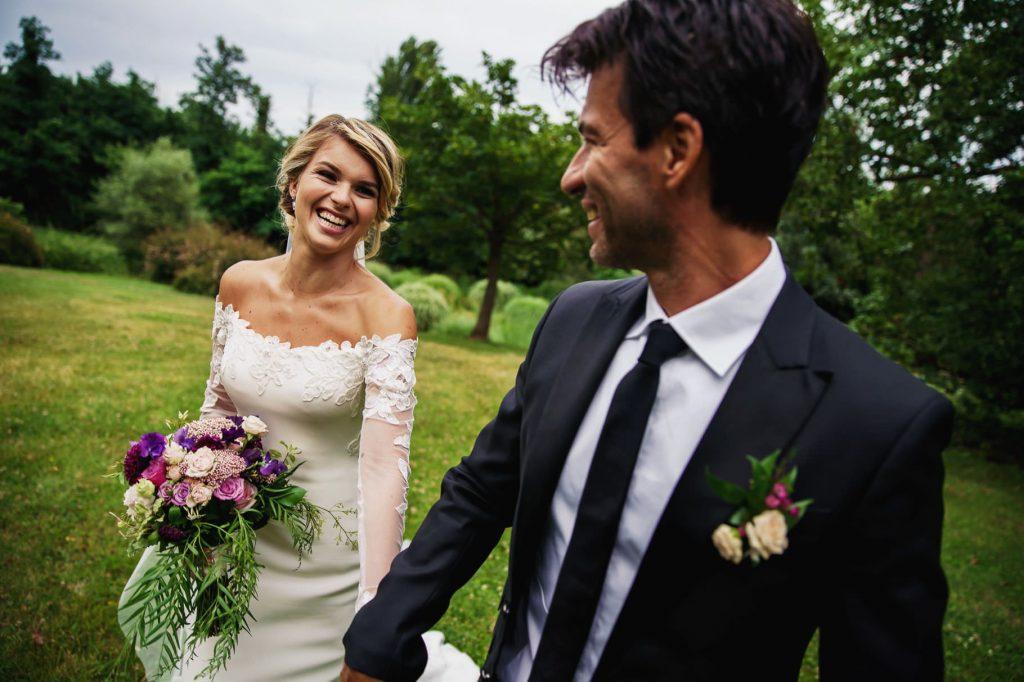 gli sposi passeggiano mano nella mano dopo il matrimonio di kledi