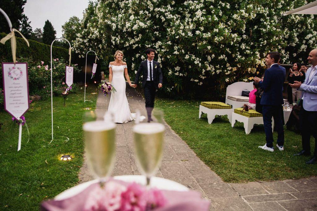 gli sposi arrivano al ricevimento di matrimonio