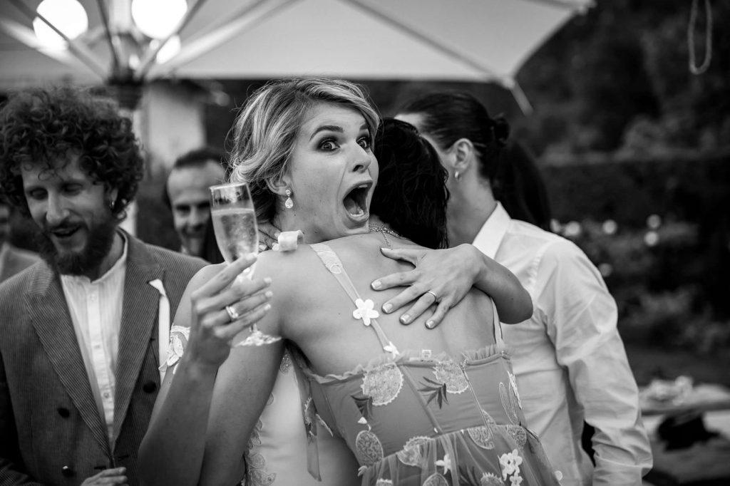 la sposa abbraccia unÕamica con unÕespressione buffa