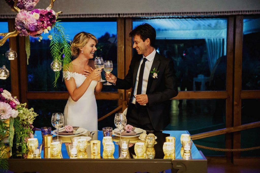 brindisi degli sposi al tavolo durante la cena del matrimonio di kledi