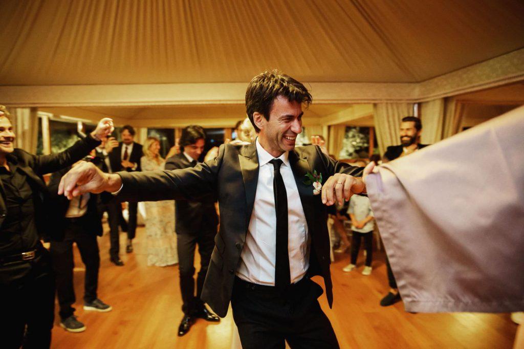 lo sposo impegnato in una danza folkloristica