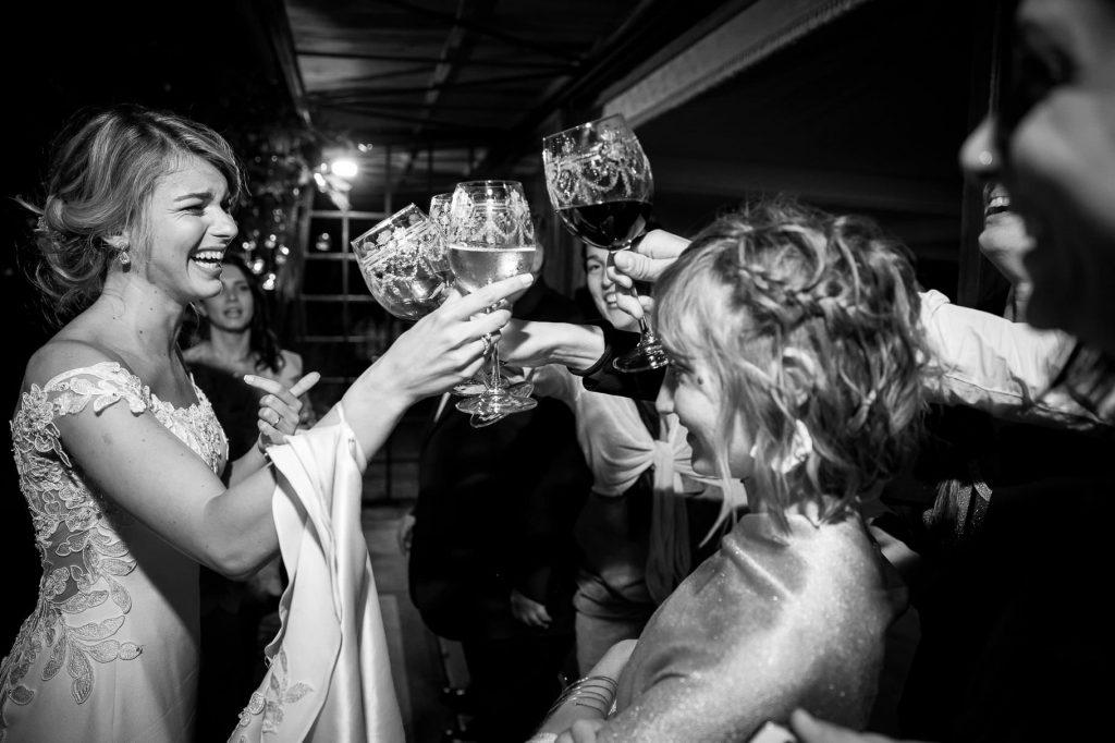 la sposa brinda gioiosa con gli ospiti