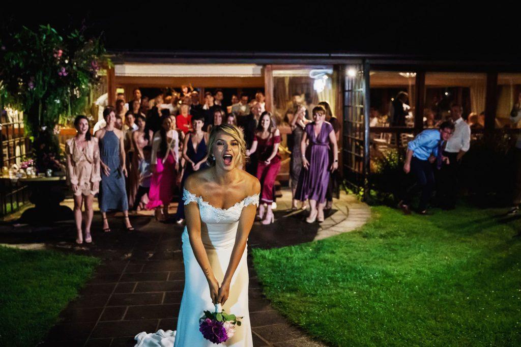 la sposa lancia il bouqet al matrimonio di kledi