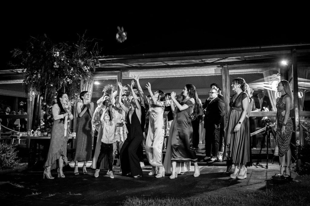 lancio del bouquet della sposa al matrimonio di kledi