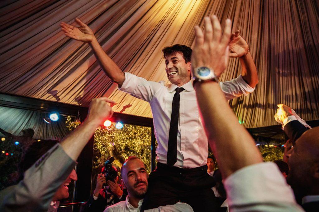 sposo che balla impegnato in una danza folkloristica