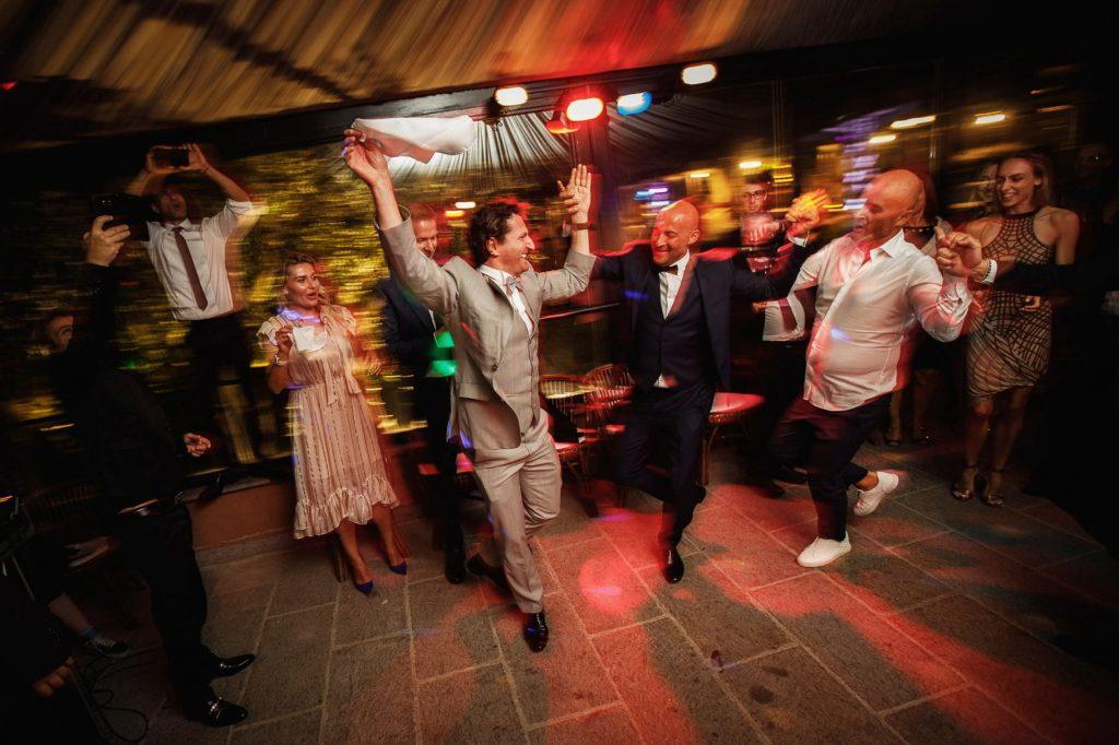 invitati al matrimonio di kledi ballano