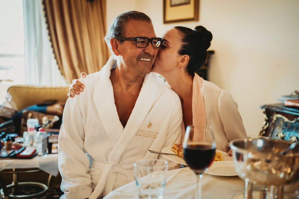 la sposa bacia il papˆ durante i preparativi al matrimonio italo-spagnolo