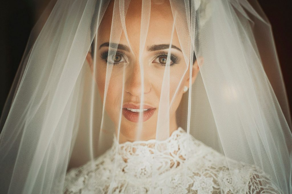 ritratto del viso della sposa con velo