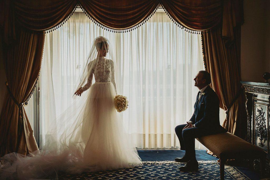 la sposa con il vestio guarda il papˆ prima del matrimonio italo-spagnolo