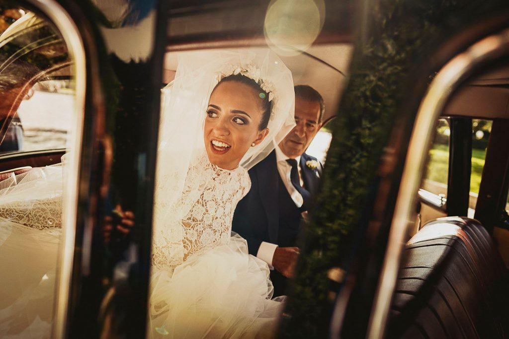 la sposa sale in auto con il papˆ per andare al matrimonio italo-spagnolo