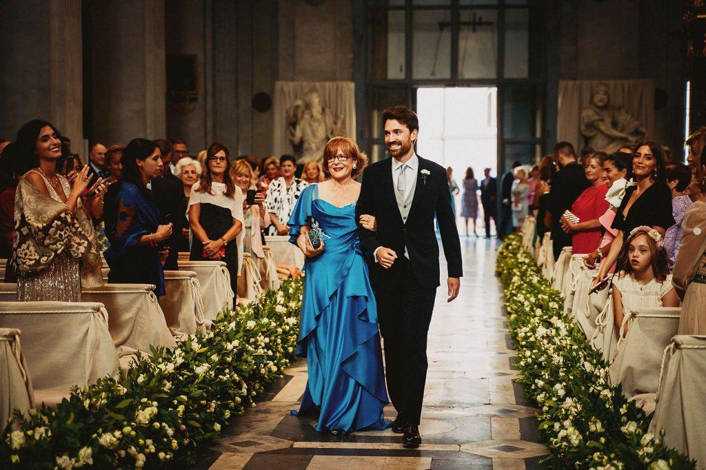 la sposo sottobraccio alla mamma fa il suo ingresso alla cerimonia