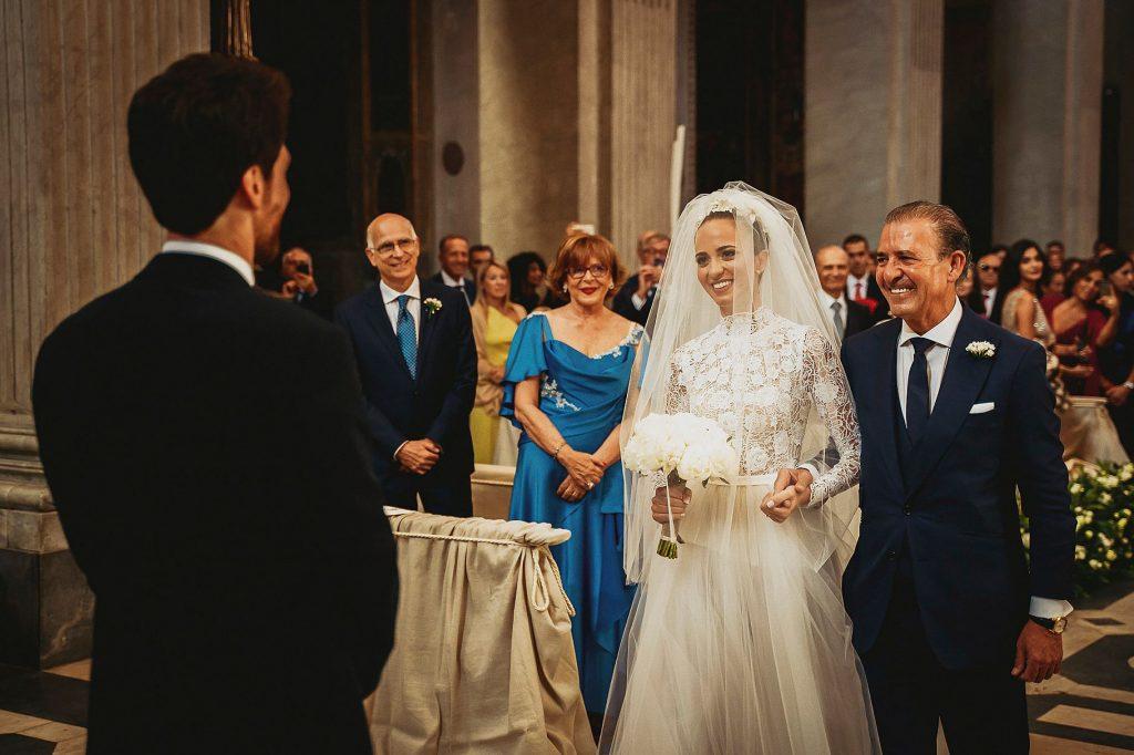 ingresso della sposa in chiesa con il papˆ