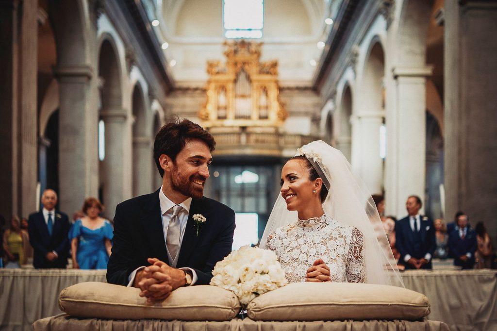 gi sposi si guardano e sorridono durante il matrimonio italo-spagnolo