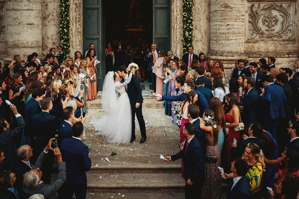 gli sposi escono sul sagrato della chiesa e si baciano