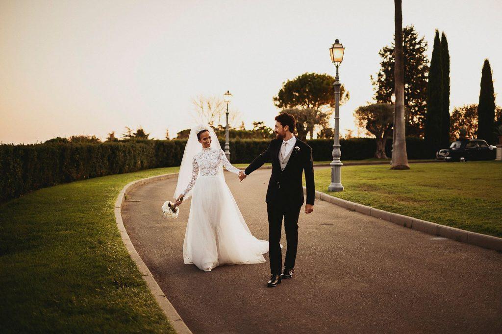 gli sposi passeggiano nei giardini di Villa Miani